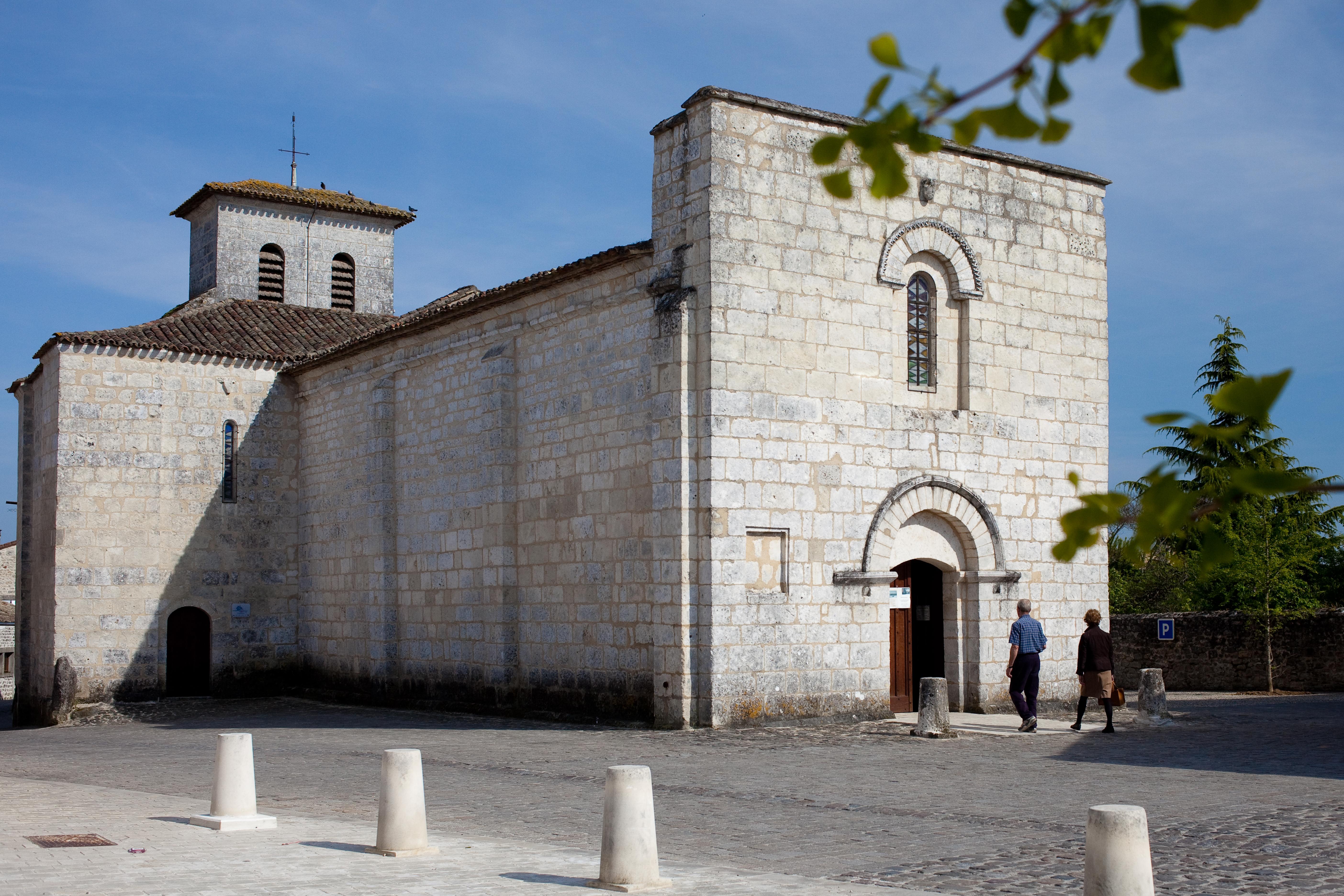 église de Soyaux, façade blanche, ciel bleu,