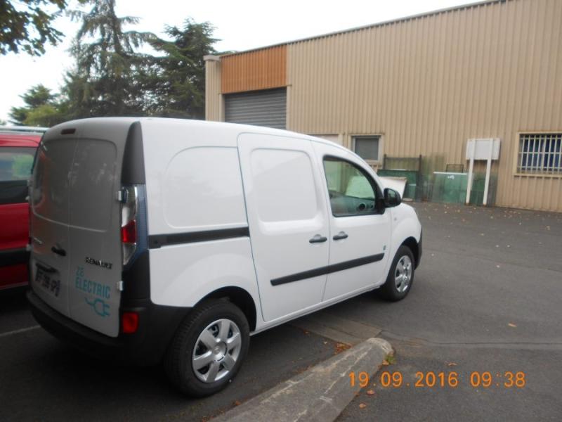 voiture électrique blanche Renault vue de biais
