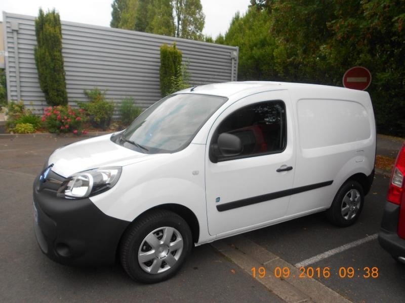 voiture électrique blanche Renault vue de côté