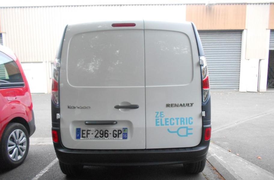 voiture électrique blanche Renault vue de derrière