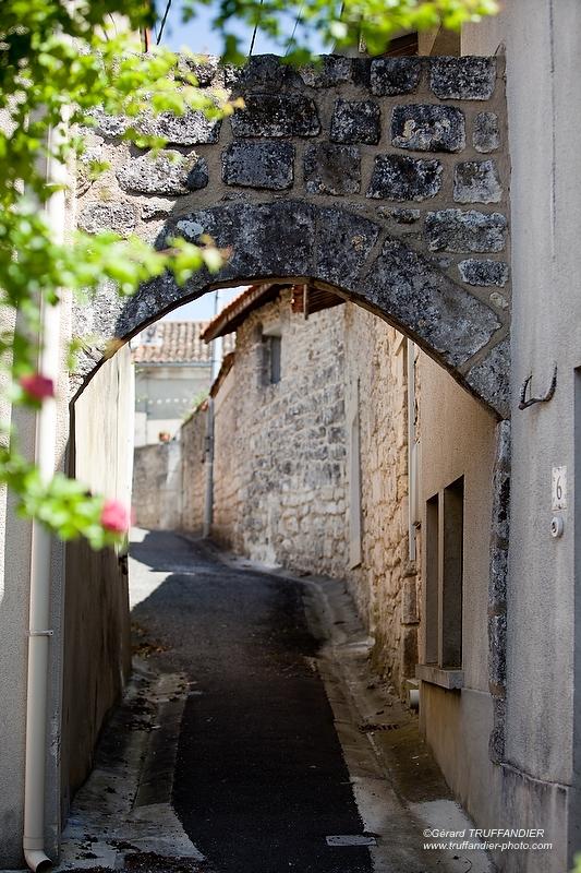 Antornac, petite rue étroite entourée de pierres,