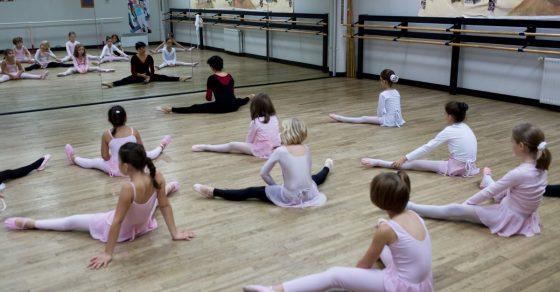 arts et compagnie, petite fille en tenue rose de danse classique