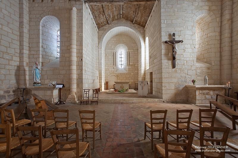 Eglise St Matthieu situé dans le Bourg de Soyaux, intérieur d'une église avec l'autel, la croix de Jésus, des chaises,