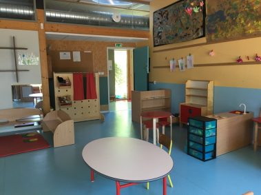 lieu passerelle, sol bleu, petite table pour les enfants, meubles de rangement