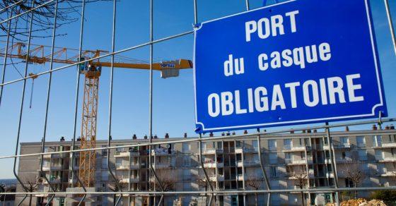 travaux ORU, barrière, grue, panneau indiquant le port obligatoire du casque