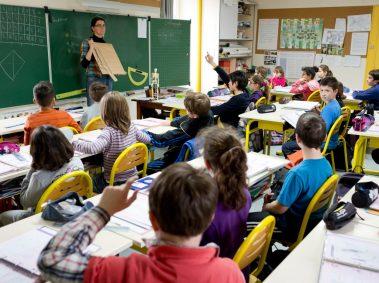 école élémentaire, classe, rangée d'enfants assis à leur bureau