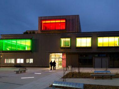 espace socio-culturel Soëlys, bâtiment moderne, illuminé, vert, bleu, jaune
