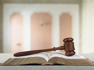 marteau de président en bois, livre, code civil ou pénal,