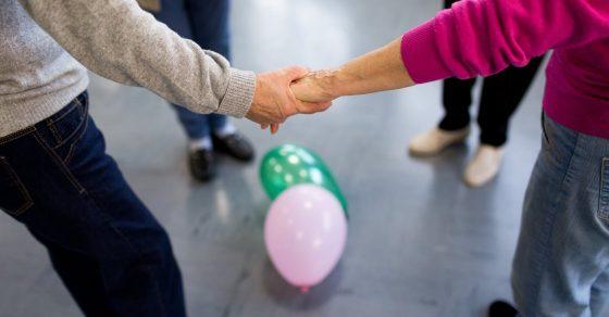 personnes âgées qui se tiennent la main