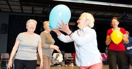 ateliers forme, une dame âgée tient un ballon bleu dans ses mains