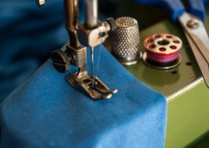 Machine à coudre, manufacture locale, confection de masques, fil à coudre