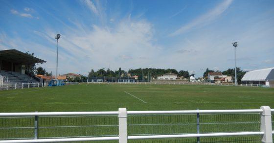 stade léo lagrange, ciel bleu, herbe verte, tribunes