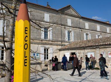 école primaire, géant crayon jaune avec écrit école