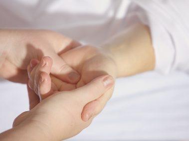 deux mains tenues l'une dans l'autre